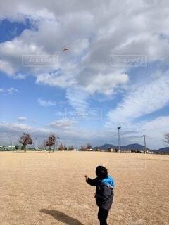 凧を飛ばす少年の写真・画像素材[4072815]