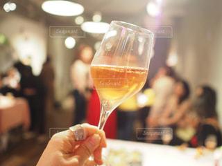 ワイングラスを持っている人の手の写真・画像素材[3193848]