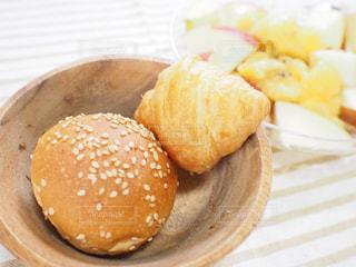 皿の上のパンとフルーツの写真・画像素材[3193854]