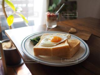 テーブルの上の目玉焼きトーストの写真・画像素材[3193991]