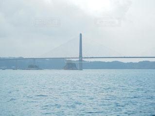 大きな橋がかかる海の写真・画像素材[3193517]