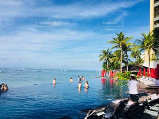 プールに広がる青い海の写真・画像素材[3207127]