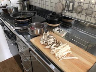 台所での調理風景の写真・画像素材[3191611]