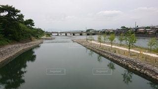宇治川に架かる橋を渡るの写真・画像素材[3362390]