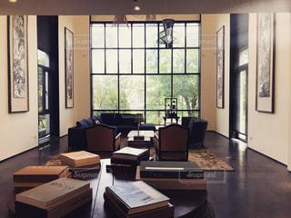 家具と大きな窓でいっぱいの部屋の写真・画像素材[3191073]
