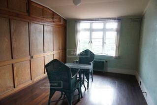 家具と大きな窓でいっぱいの部屋の写真・画像素材[3650447]