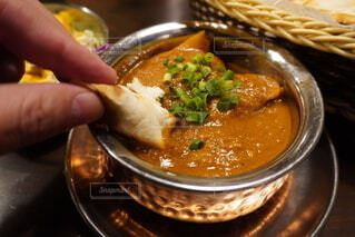 食べ物のボウルを持っている人の写真・画像素材[4041489]
