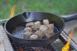 スキレットで焼くサイコロステーキの写真・画像素材[3953898]