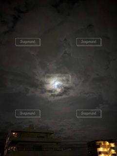 夜に明るくした街の写真・画像素材[3194162]