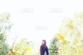 木の前に立っている人の写真・画像素材[3197730]