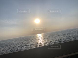 水の体に沈む夕日の写真・画像素材[3207172]