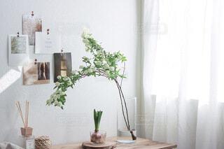 テーブルの上に家具と花瓶で満たされた部屋の写真・画像素材[4195137]