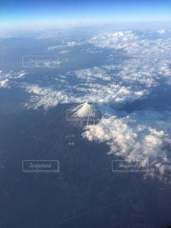 空を高く飛ぶ飛行機の写真・画像素材[3207321]