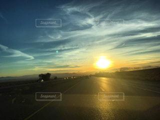 空の雲を照らす太陽の写真・画像素材[3207333]