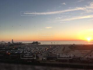 水平線に沈み行く太陽の写真・画像素材[3207334]