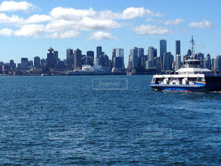 都市を背景にした遊覧船の写真・画像素材[3207338]