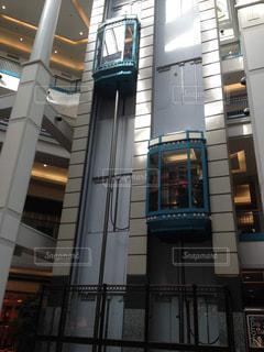 ショッピングモール内の開放的なエレベーターの写真・画像素材[3207784]