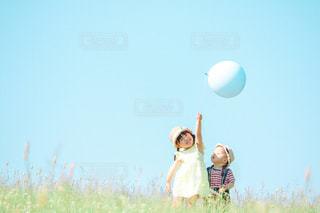 風船と姉弟の写真・画像素材[3199470]