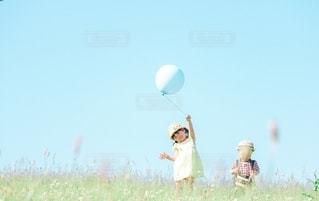 風船と子供の写真・画像素材[3199489]