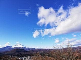 雪の残る春の山の写真・画像素材[3209637]