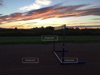 夕日とハードルの写真・画像素材[3213609]