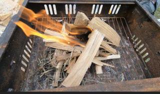 焚き火台での火の写真・画像素材[3200951]