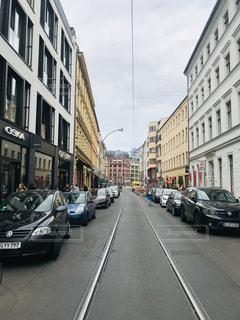 道路の脇に車が停まっている狭い街の通りの写真・画像素材[3203276]