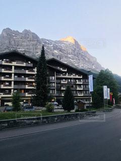 通りの真ん中に山のある建物の写真・画像素材[3203277]
