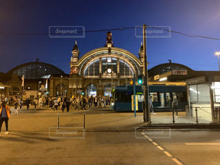 夜のフランクフルト駅の写真・画像素材[3203909]