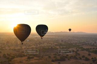 夕日と気球の写真・画像素材[3288577]