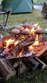 ホットドッグをグリルで調理する人の写真・画像素材[3276624]