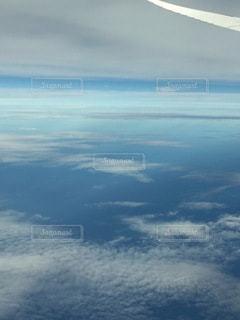 空を飛んでいる飛行機の写真・画像素材[3397553]