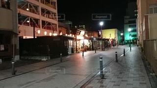 夜の街の通りの写真・画像素材[3211547]