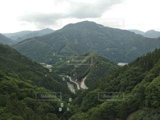 背景に広い山の眺めの写真・画像素材[3338584]
