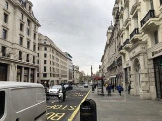 道路の脇に車が停まっている狭い街の通りの写真・画像素材[3433430]