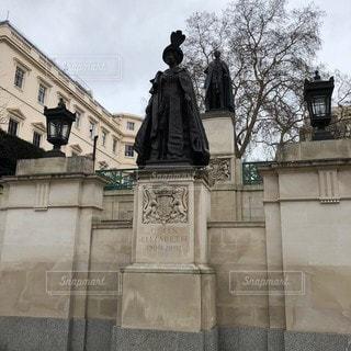 建物の前にある彫像の写真・画像素材[3433453]