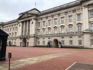バッキンガム宮殿を背景にした大きなレンガ造りの建物の写真・画像素材[3433482]