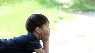頬杖つく少年の写真・画像素材[3210499]