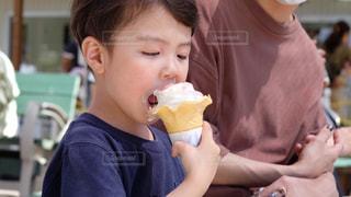 ソフトクリームを食べる少年の写真・画像素材[3210500]