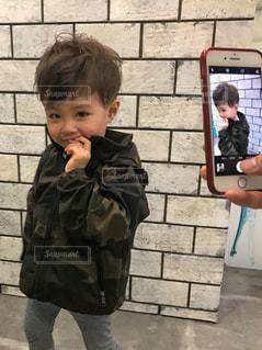 小さな男の子の写真・画像素材[3210740]