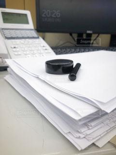 残業時間の書類の山の写真・画像素材[3222808]