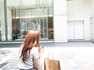 街中でスマホを操作する女性の写真・画像素材[3279936]
