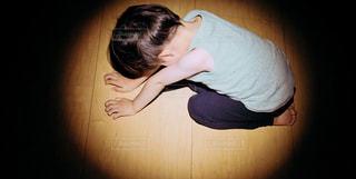 落ち込む少年にスポットライトの写真・画像素材[3306375]