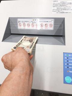 お金をシュレッターにかけるの写真・画像素材[3383917]