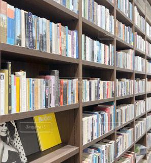 本でいっぱいの本棚の写真・画像素材[3418786]