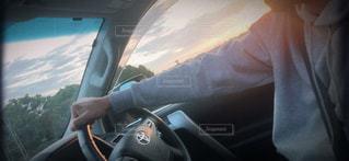 車の後部座席に乗っている男の写真・画像素材[3212749]