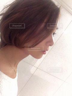 カメラを見ている横顔女性の写真・画像素材[3218953]