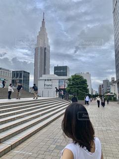 建物の前に立っている女性の写真・画像素材[3274723]