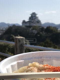 板の上に食べ物のボウルの写真・画像素材[1159254]