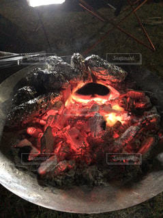 炭火で焼き芋の写真・画像素材[3213559]